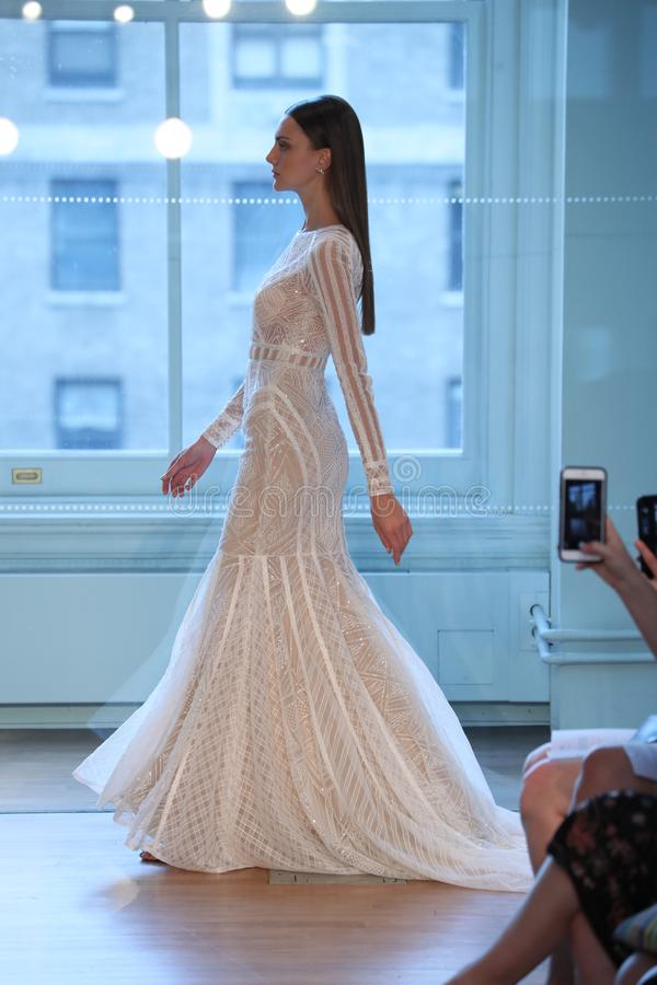 Un modèle marche la piste pour le défilé de mode nuptiale de Justin Alexander Spring 2019 photos libres de droits