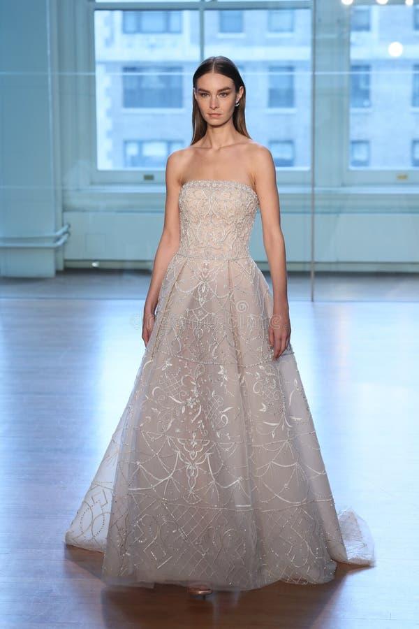 Un modèle marche la piste pour le défilé de mode nuptiale de Justin Alexander Spring 2019 photo stock