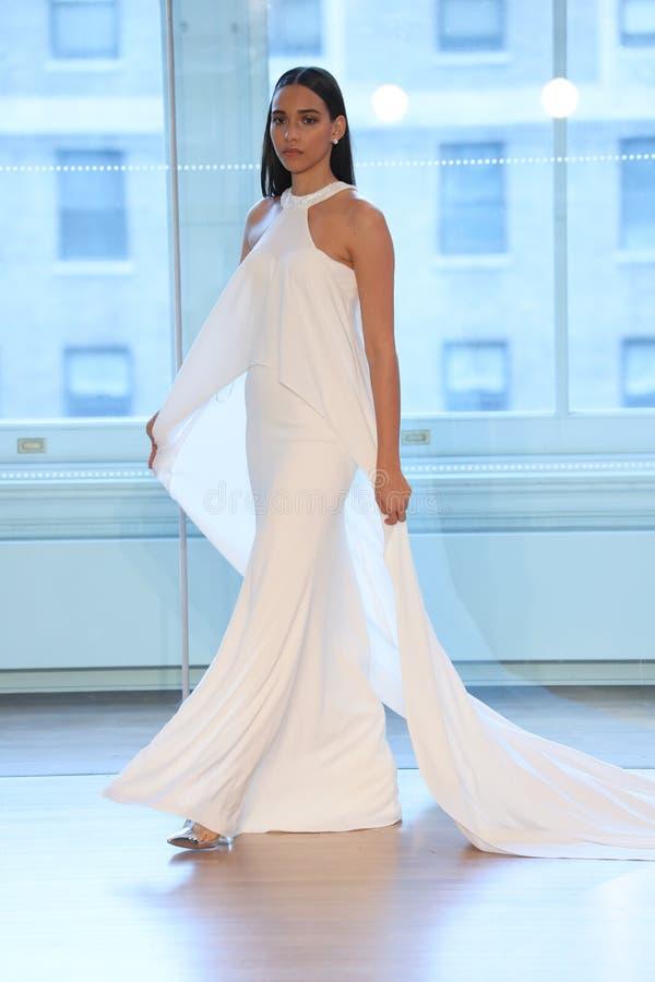 Un modèle marche la piste pour le défilé de mode nuptiale de Justin Alexander Spring 2019 images libres de droits