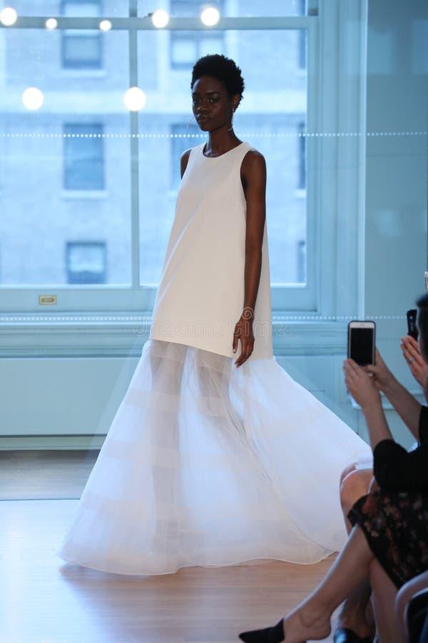 Un modèle marche la piste pour le défilé de mode nuptiale de Justin Alexander Spring 2019 image stock