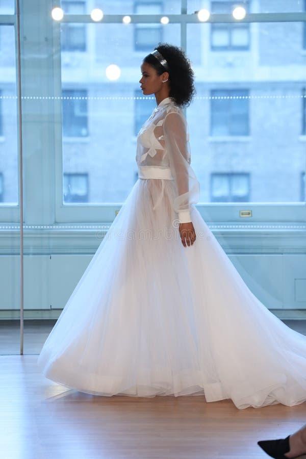 Un modèle marche la piste pour le défilé de mode nuptiale de Justin Alexander Spring 2019 images stock