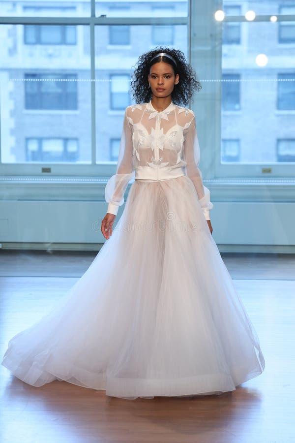 Un modèle marche la piste pour le défilé de mode nuptiale de Justin Alexander Spring 2019 image libre de droits