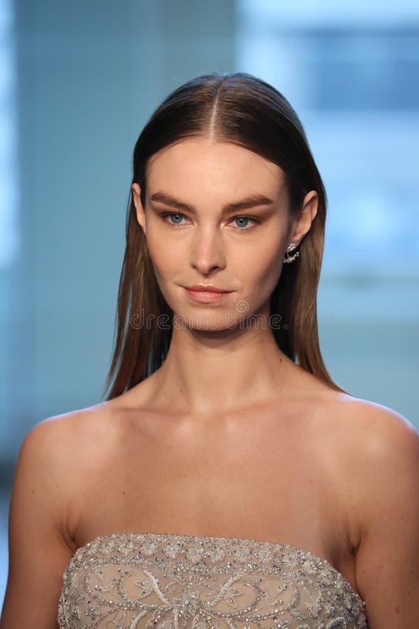 Un modèle marche la piste pour le défilé de mode nuptiale de Justin Alexander Spring 2019 photographie stock libre de droits