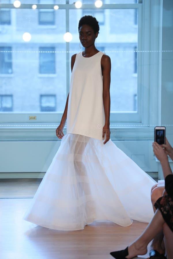 Un modèle marche la piste pour le défilé de mode nuptiale de Justin Alexander Spring 2019 photo libre de droits