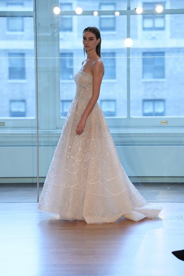 Un modèle marche la piste pour le défilé de mode nuptiale de Justin Alexander Spring 2019 photographie stock