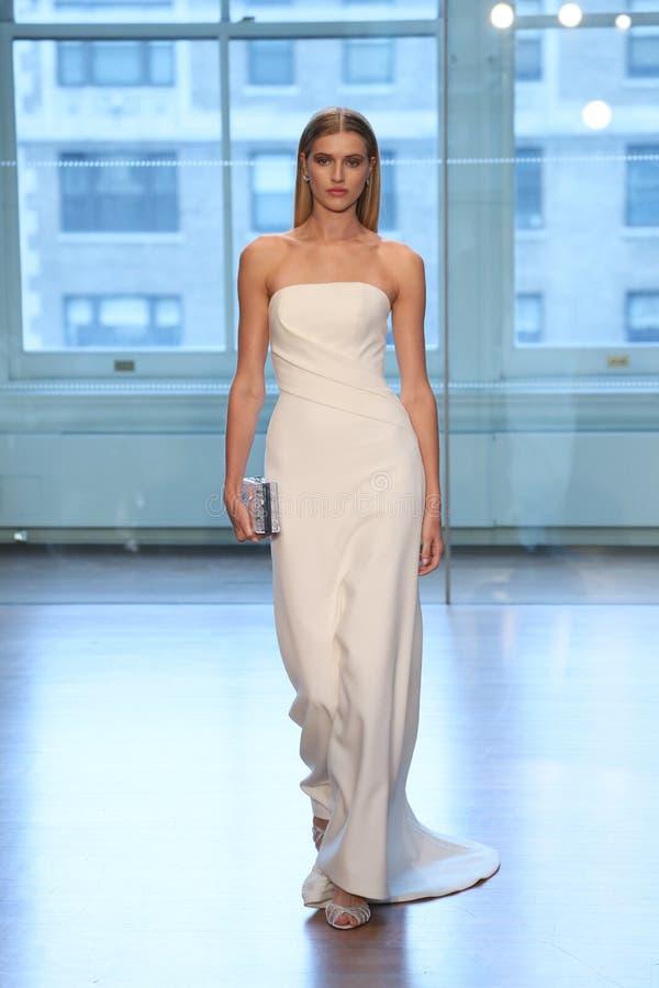Un modèle marche la piste pour le défilé de mode nuptiale de Justin Alexander Spring 2019 photos stock