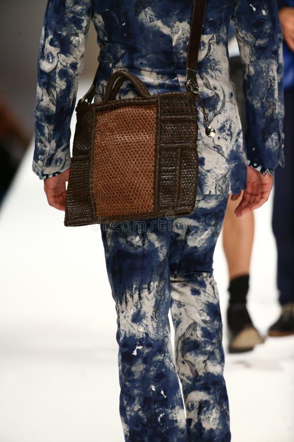 Un modèle marche piste au défilé de mode de Breton de Malan photos stock