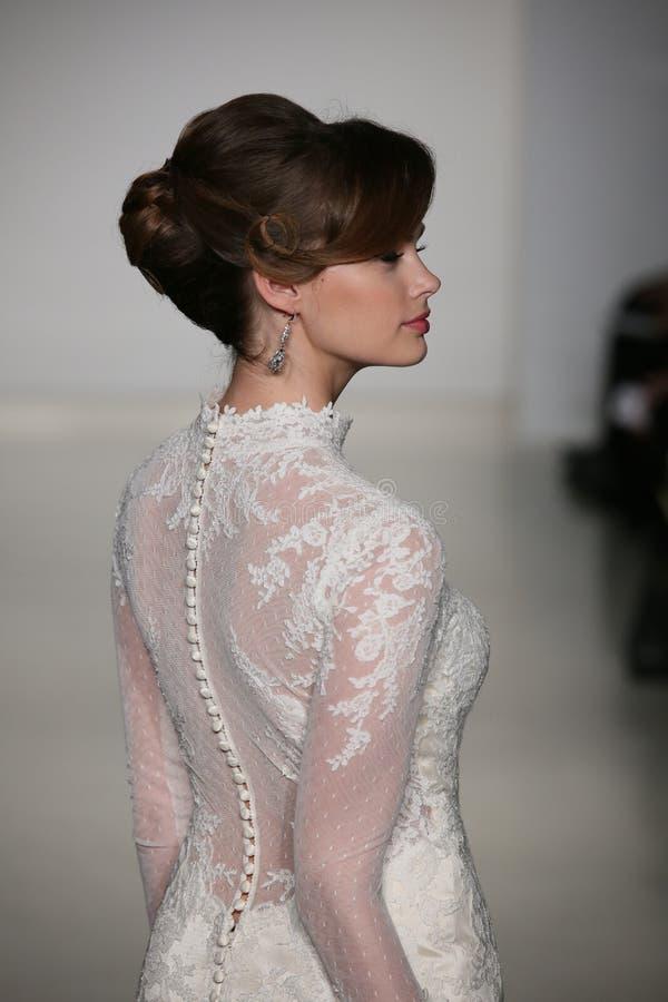 Un modèle marche piste au défilé de mode de Matthew Christopher pendant la collection nuptiale de l'automne 2015 photos stock