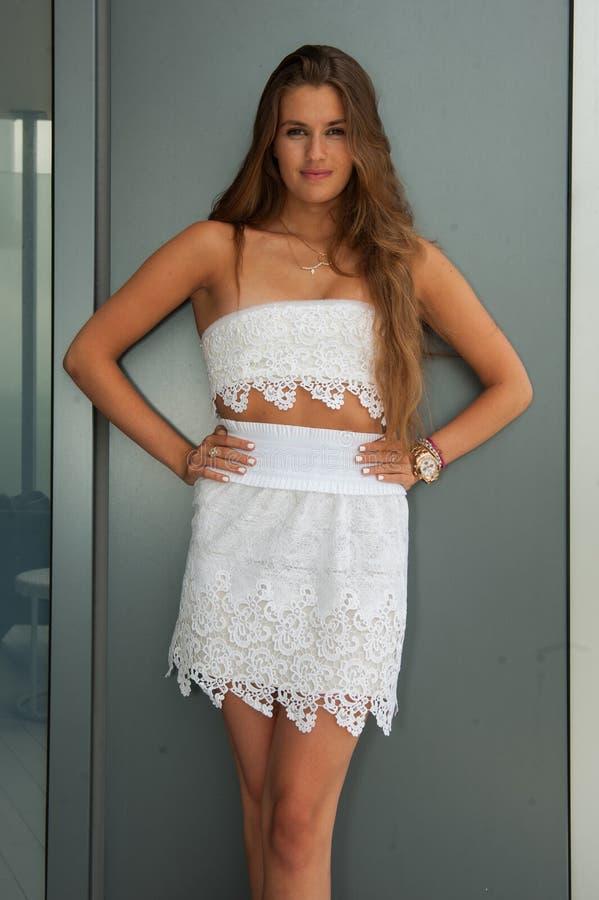 Un modèle pose a dedans annoncé l'habillement de bain de concepteurs de plage pendant la présentation de mode d'hamac image stock