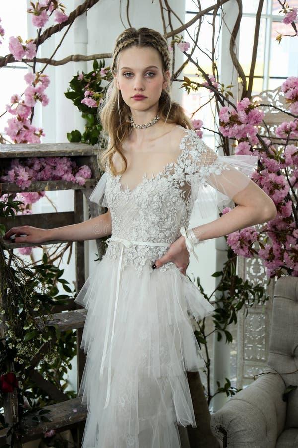 Un modèle pose pendant la présentation 2018 nuptiale de ressort de Marchesa/couture d'été photos stock