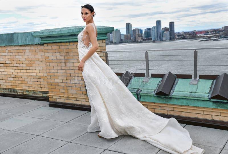 Un mod?le posant pendant la pr?sentation nuptiale de mode d'Ines Di Santo Spring 2020 photo libre de droits