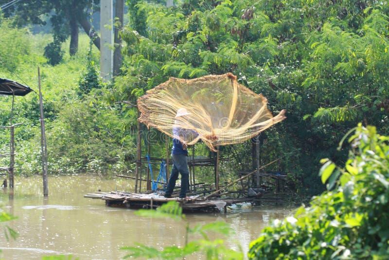 Un mode de vie traditionnel Moulage d'un filet de poissons photos stock