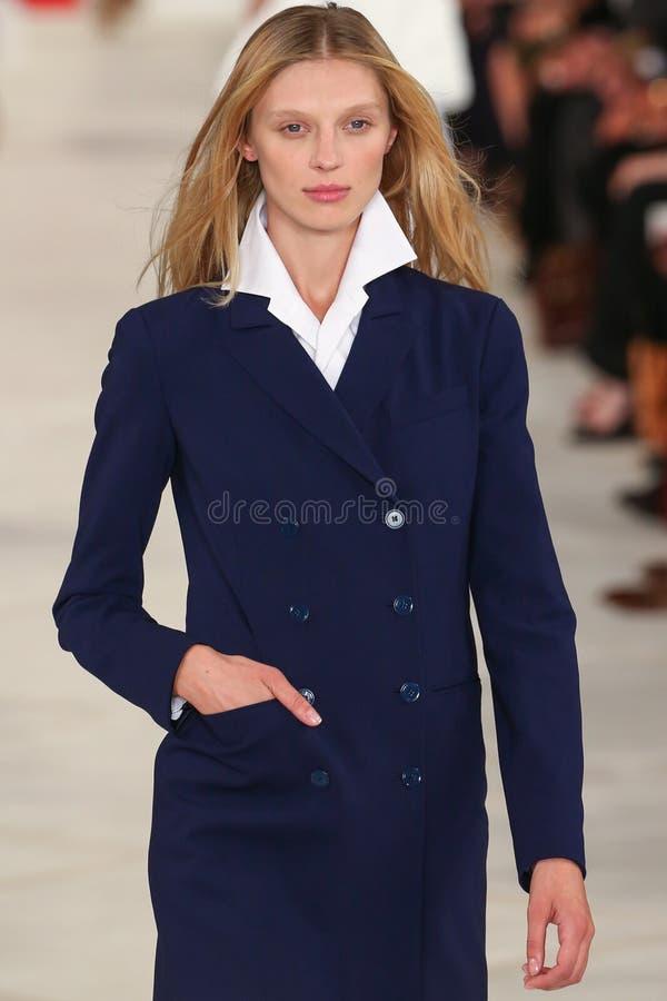 Un modello cammina la pista che indossa Ralph Lauren Spring 2016 durante la settimana di modo di New York immagine stock