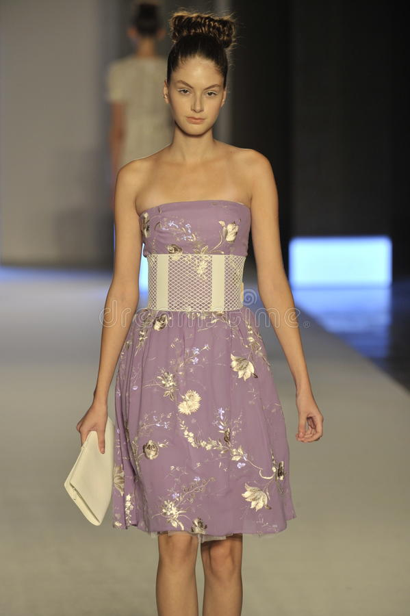 Un modello cammina la pista durante la manifestazione di Aigner come parte di Milan Fashion Week fotografia stock