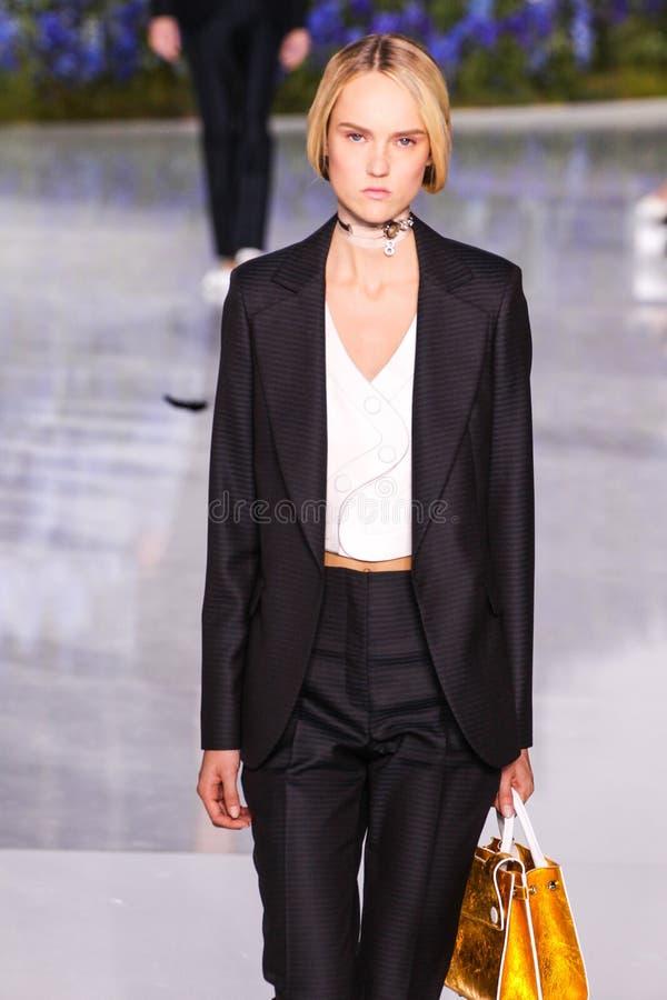Un modello cammina la pista durante la manifestazione di Christian Dior immagini stock libere da diritti