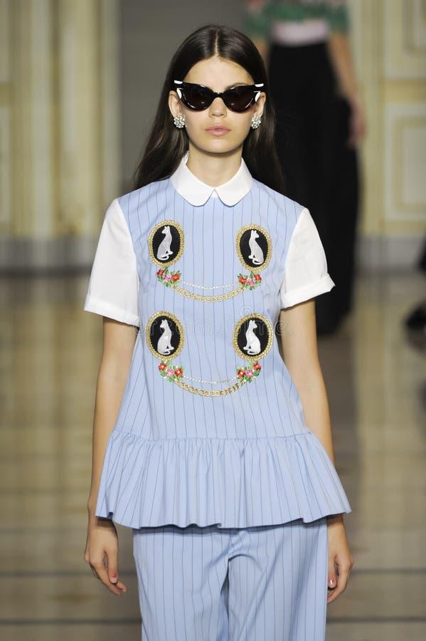 Un modello cammina la pista durante la sfilata di moda di Vivetta immagini stock