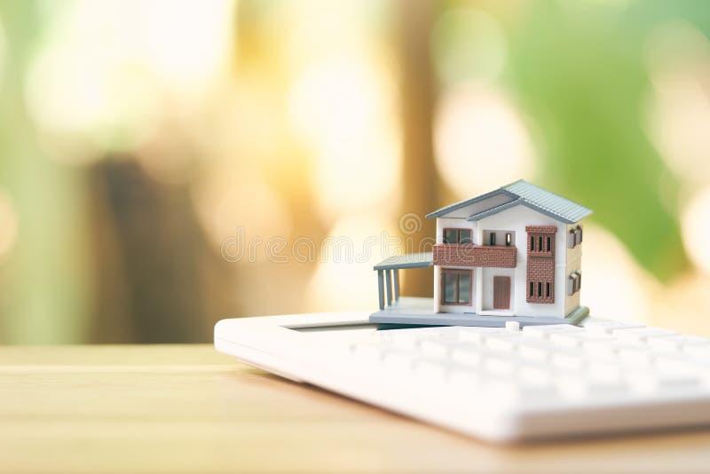 Un modello di modello della casa è disposto su un calcolatore come concetto del bene immobile della proprietà del fondo con lo sp fotografie stock libere da diritti