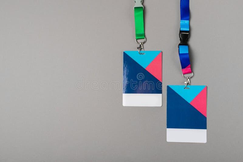 Un modello di due distintivi di colore su fondo grigio immagini stock libere da diritti