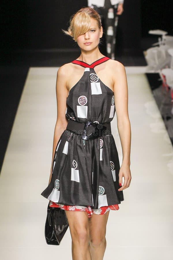 Un modelo camina la pista durante el desfile de moda de Giorgio Armani fotografía de archivo libre de regalías