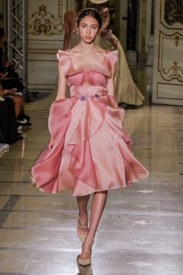Un modelo camina la pista durante el desfile de moda de Luisa Beccaria foto de archivo