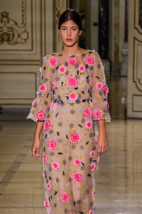 Un modelo camina la pista durante el desfile de moda de Luisa Beccaria fotografía de archivo libre de regalías