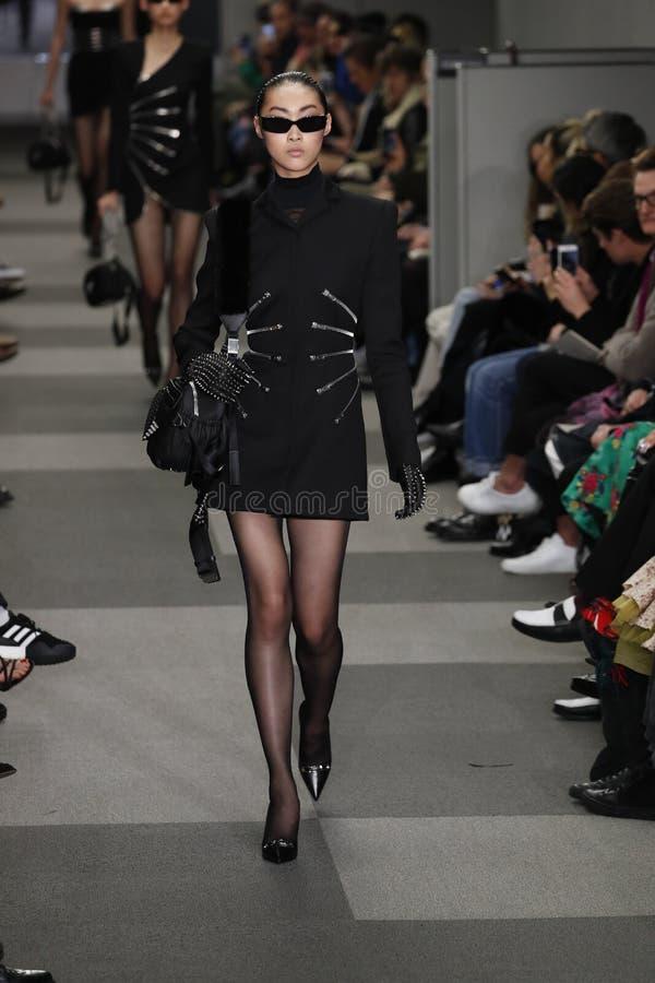 Un modelo camina la pista en Alexander Wang Fashion Show imagen de archivo libre de regalías