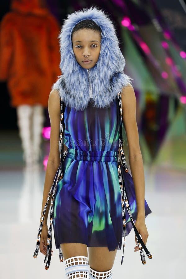 Un modelo camina la pista en la demostraci?n de Byblos en Milan Fashion Week Autumn /Winter 2019/20 imagen de archivo libre de regalías