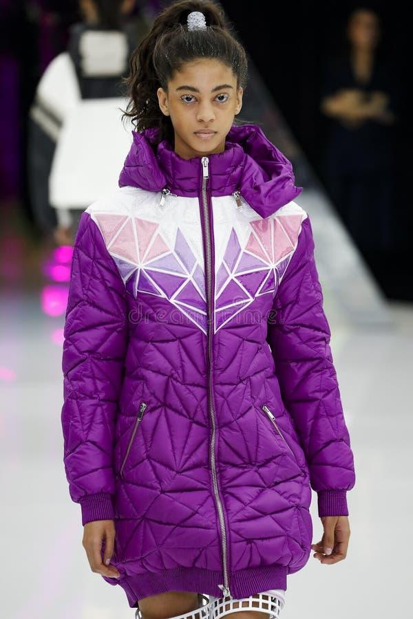 Un modelo camina la pista en la demostraci?n de Byblos en Milan Fashion Week Autumn /Winter 2019/20 imagen de archivo