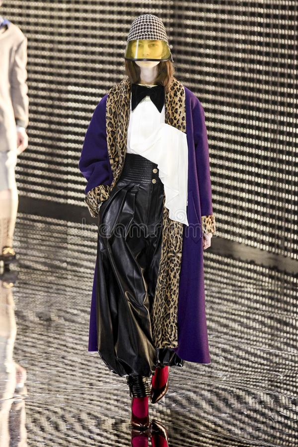 Un modelo camina la pista en la demostraci?n de Gucci en Milan Fashion Week Autumn /Winter 2019/20 fotos de archivo