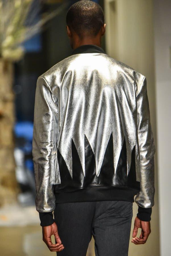 Un modelo camina la pista en la colección de la CAÍDA 2017 de Christopher Lowman Menswear fotografía de archivo