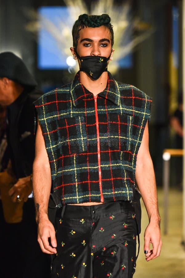 Un modelo camina la pista en la colección de Ryan Charlie Menswear Fall 2017 imagenes de archivo