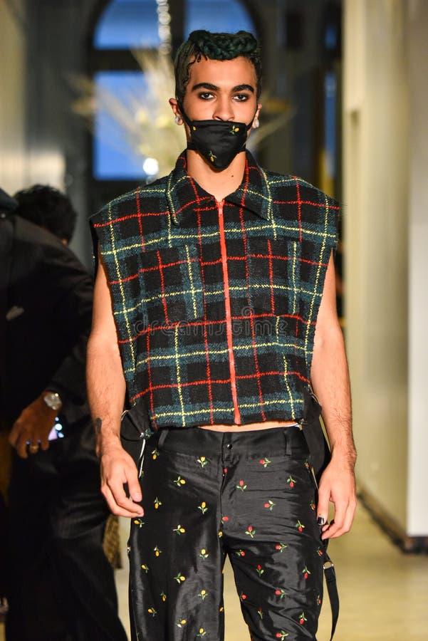 Un modelo camina la pista en la colección de Ryan Charlie Menswear Fall 2017 foto de archivo libre de regalías