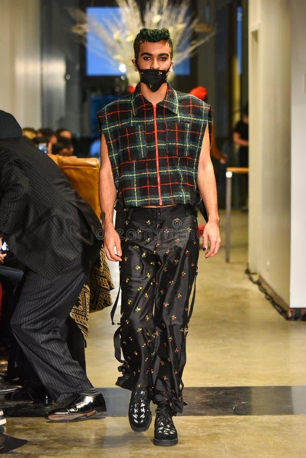 Un modelo camina la pista en la colección de Ryan Charlie Menswear Fall 2017 fotografía de archivo