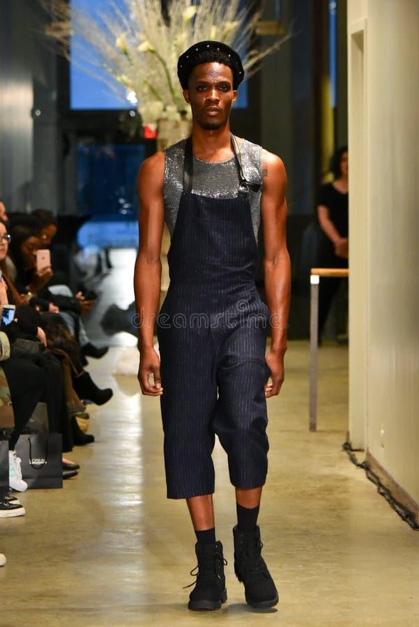 Un modelo camina la pista en la colección de Ryan Charlie Menswear Fall 2017 imagen de archivo