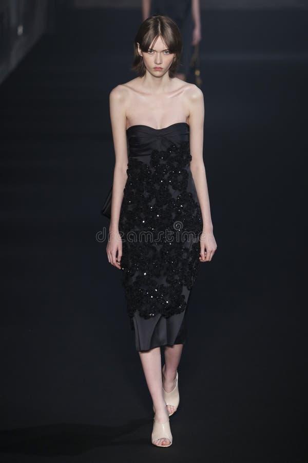 Un modelo camina la pista en la N Desfile de moda 2019-2020 de 21 ca?das/del invierno durante Milan Fashion Week imágenes de archivo libres de regalías