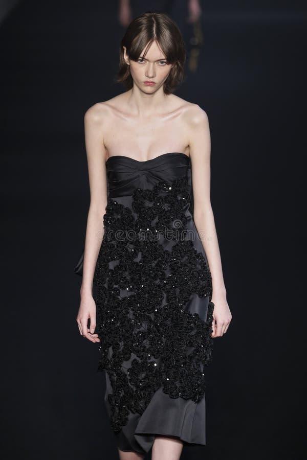 Un modelo camina la pista en la N Desfile de moda 2019-2020 de 21 ca?das/del invierno durante Milan Fashion Week imagenes de archivo
