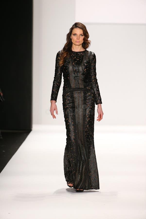 Un modelo camina la pista en un diseño de Mimi Tran en la demostración de Art Hearts Fashion durante la caída 2015 de MBFW imagenes de archivo