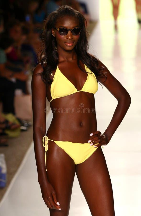 Un modelo camina pista en el desfile de moda tóxico de Sadie durante la nadada 2015 de MBFW imagen de archivo