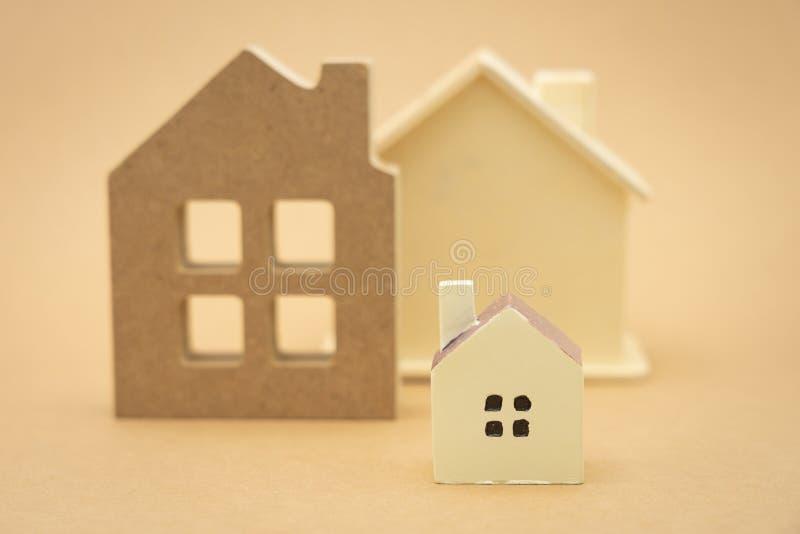 Un modelo modelo de la casa el usar como concepto del negocio del fondo y concepto de las propiedades inmobiliarias con el espaci foto de archivo