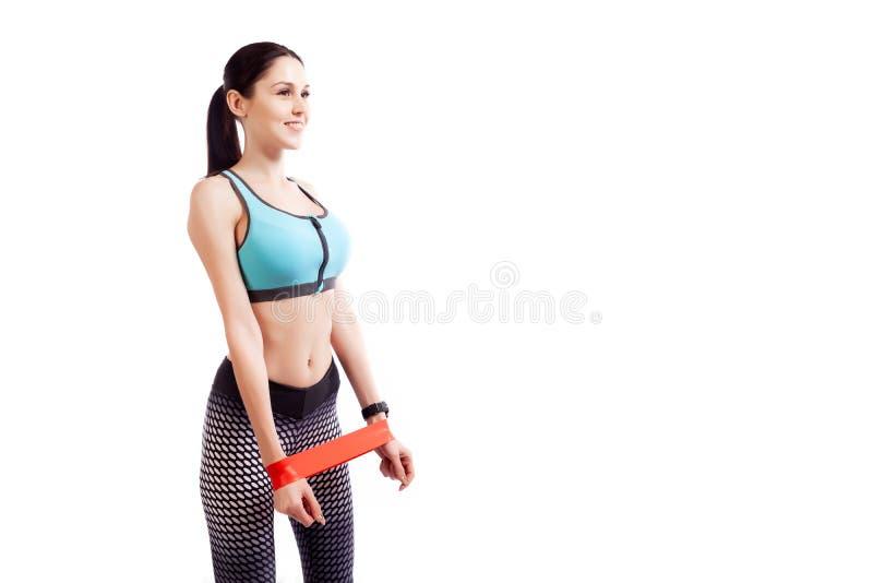 Un modelo de la mujer joven hace los ejercicios imagen de archivo libre de regalías