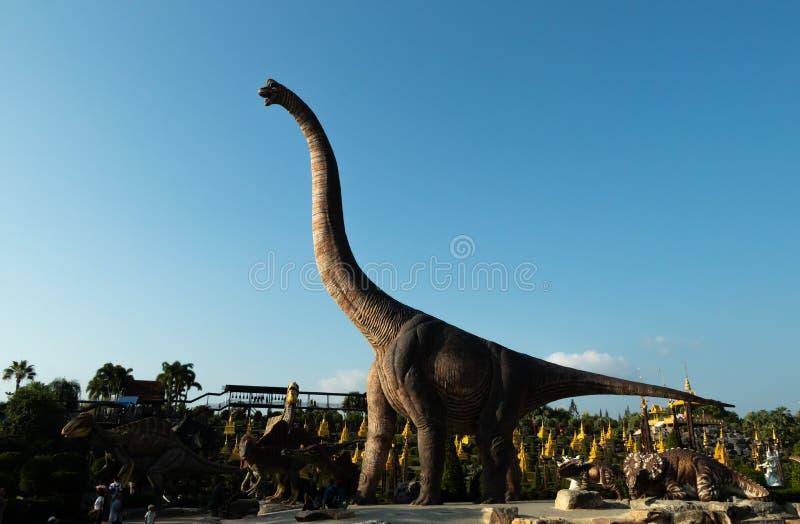 Un modelo del Brachiosaurus con el cielo azul en el valle del dinosaurio, foto de archivo libre de regalías
