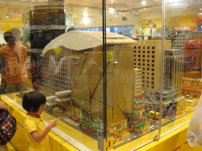 Un modelo enorme del lego en una tienda del juguete en el centro comercial de Langham, Mong Kok, Hong Kong imagen de archivo