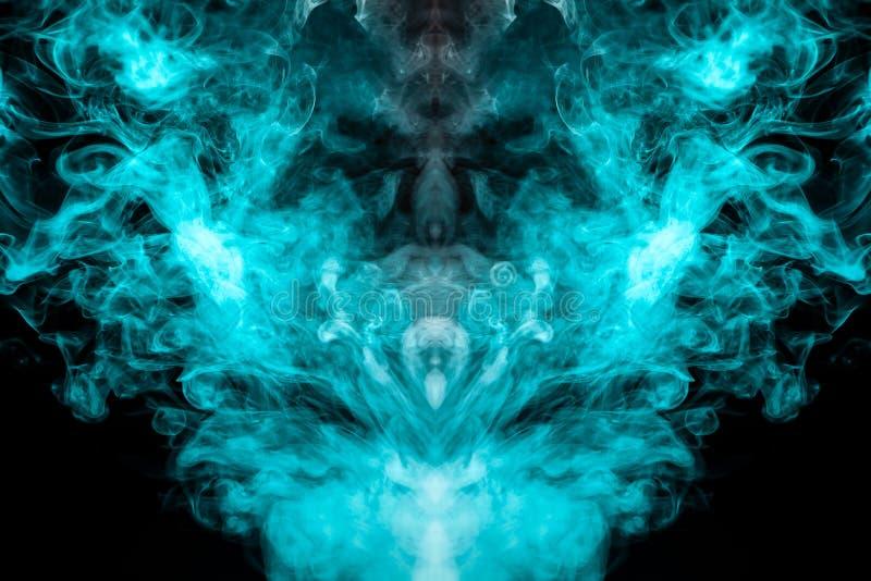 Un modelo multicolor del humo azul y verde de una forma mística bajo la forma de cara y una cabeza o una criatura extraña o del f stock de ilustración