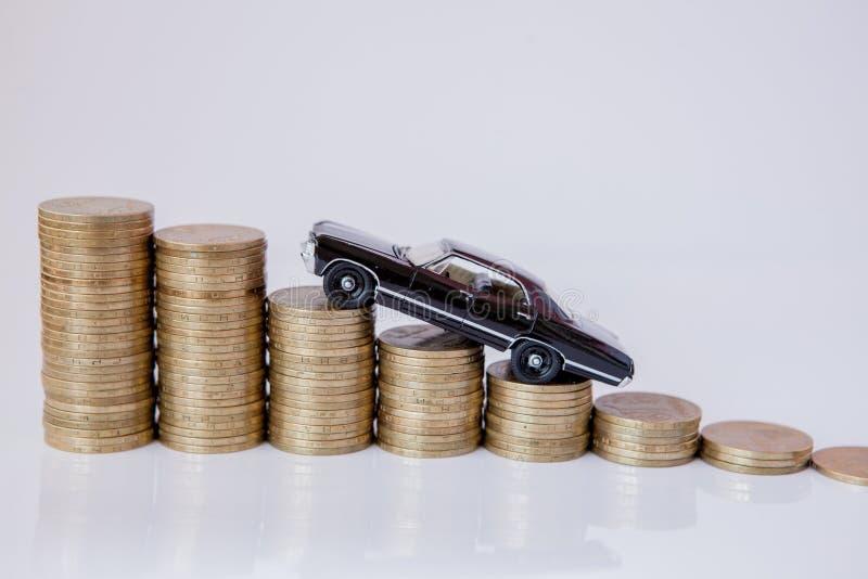 Un modelo negro de un coche con las monedas bajo la forma de histograma en un fondo blanco Concepto de pr?stamos, ahorros, seguro imágenes de archivo libres de regalías