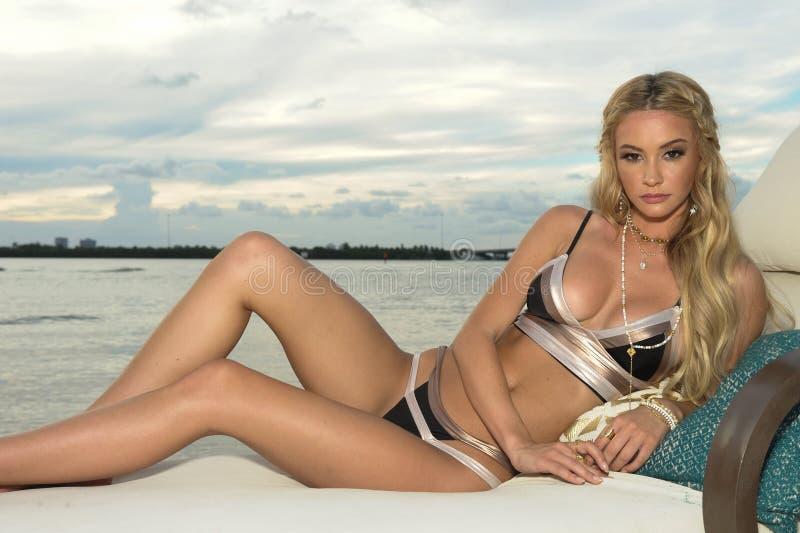 Un modelo presenta en la ropa de la nadada del diseñador durante la presentación de la moda de Bunny Swimwear de la playa foto de archivo