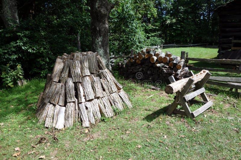 Un modo abile impilare legna da ardere immagini stock libere da diritti