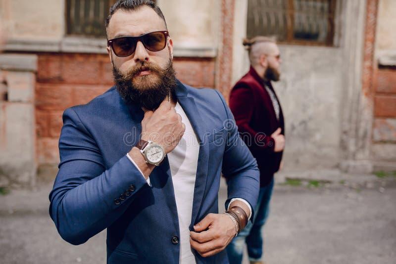 Download Un Modo Barbuto Di Due Uomini Fotografia Stock - Immagine di faccia, vestiti: 56884582