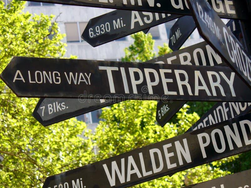 Un modo lungo al segnale stradale di direzione di Tipperary immagine stock