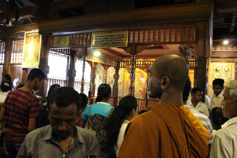 Un moine à la relique du temple de la dent sacrée à Kandy photographie stock