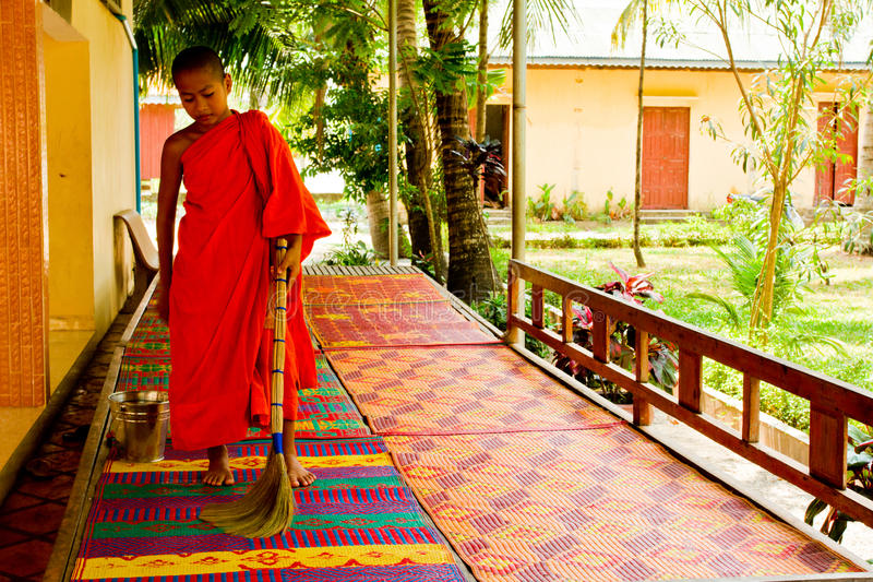 Un moine bouddhiste de novice d'un temple de rive dans Kampot, Cambodge image libre de droits